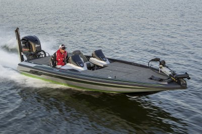 21 foot bass boat performs safely at high speeds