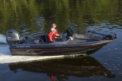 yamaha four stroke propels deep v boat across lake
